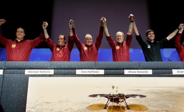 成功登陸後,NASA總部振臂歡呼。(歐新社)