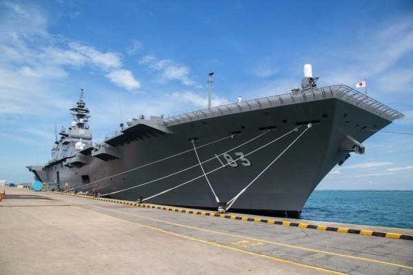 日本媒體盛傳下月公布的新版「防衛計畫大綱」將納入直升機護衛艦「出雲」號的航空母艦改造案,為此日本也將引進航母搭載的F35B戰機。(彭博)