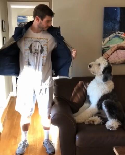 看看T恤上印的是誰!大狗狗發愣3秒 驚喜飛撲討抱抱