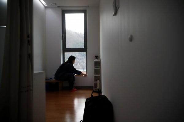 受刑人平時只能睡在地板上,且不得攜帶手錶、手機等物品進入監獄。(路透)
