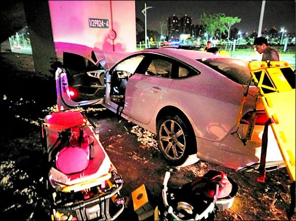 張男駕駛租來的奧迪豪車,正面撞擊橋墩。(記者張瑞楨翻攝)