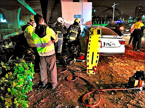救難人員將卡在車體的張男救出,但他已無生命跡象。 (記者張瑞楨翻攝)