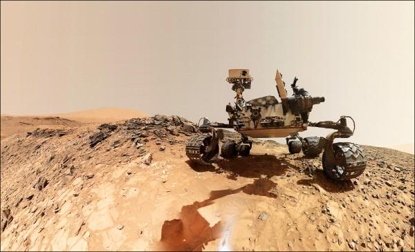 好奇號探測車在火星上執行任務模擬圖。好奇號的新發現增強了火星上可能有生命的論點。(法新社)