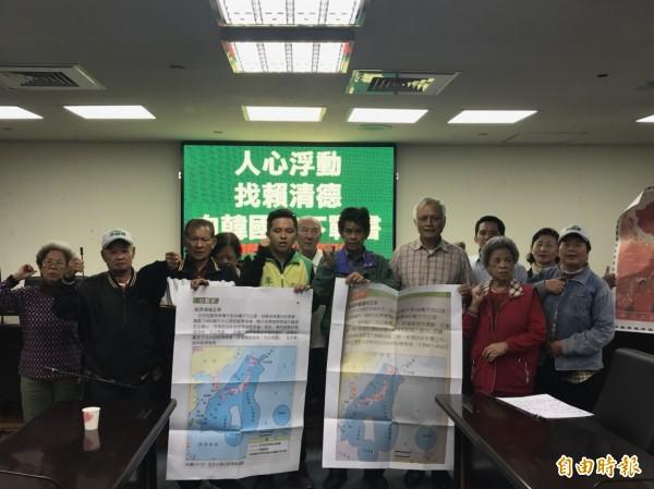 李文正(中間,綠外套)向韓國瑜下戰書,挑戰92共識。(記者邱灝唐攝)
