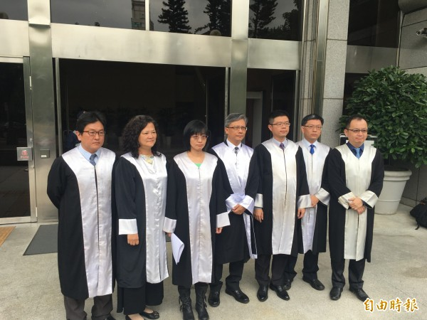 台南戴奧辛公害污染案今宣判,自救會律師團聽判後示「大部分滿意,但有些許遺憾」。(記者張文川攝)