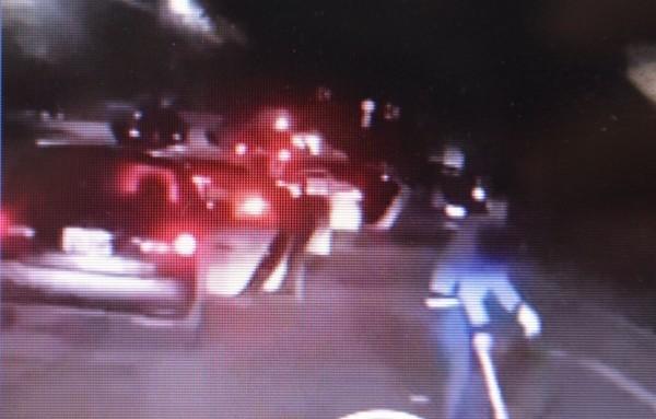 用汽車圍堵,並持棍棒毆人的過程,被拍下並上傳到臉書。(資料照)