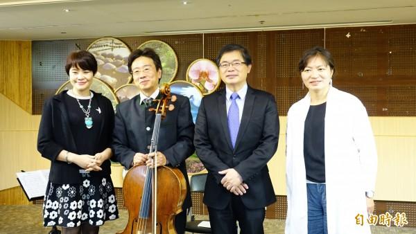 親子天王大提琴家張正傑(左2)的復出親子音樂會,台南市代理市長李孟諺(左3)、文化局副局長周雅菁(左1)和新聞處長許淑芬(右1)為他站台宣傳。(記者洪瑞琴攝)