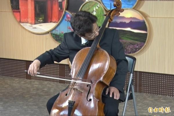 大提琴家張正傑受傷後的首場演出,不能用左手按弦,他改用鼻子按。(記者洪瑞琴攝)