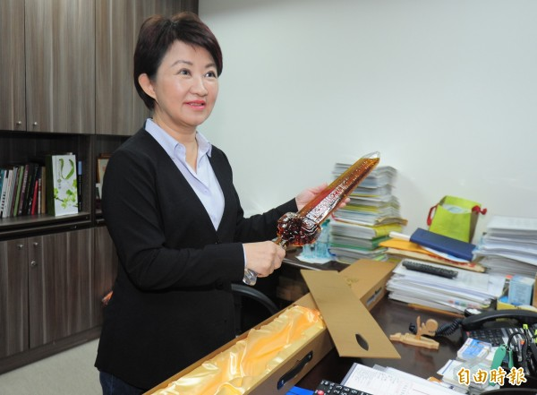國民黨台中市長當選人立委盧秀燕開始整理打包立法院辦公室 。(記者王藝菘攝)