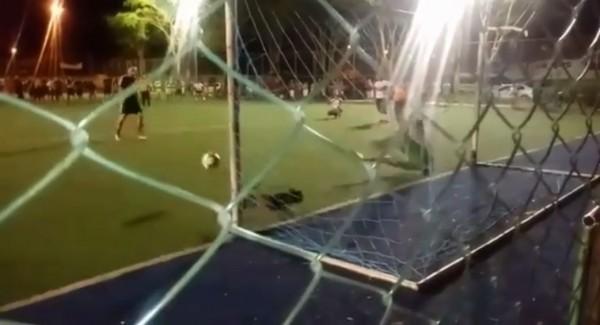 臘腸犬亂入足球賽,還替守門員擋下罰球。(圖擷取自影片)