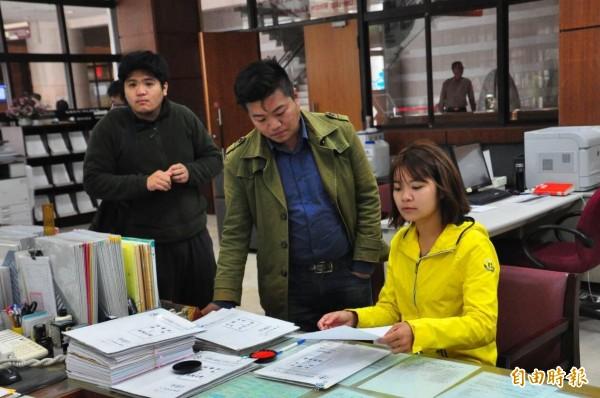 陳若水向澎湖地方法院聲請保存證據,進一步進行驗票。(記者劉禹慶攝)