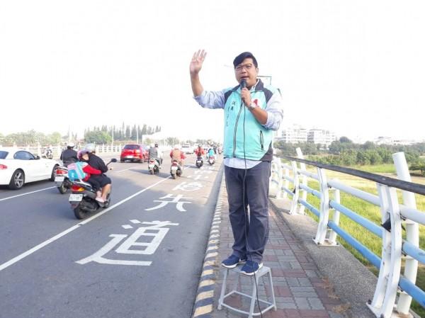 嘉義縣議員何子凡站在街頭謝票。(何子凡提供)