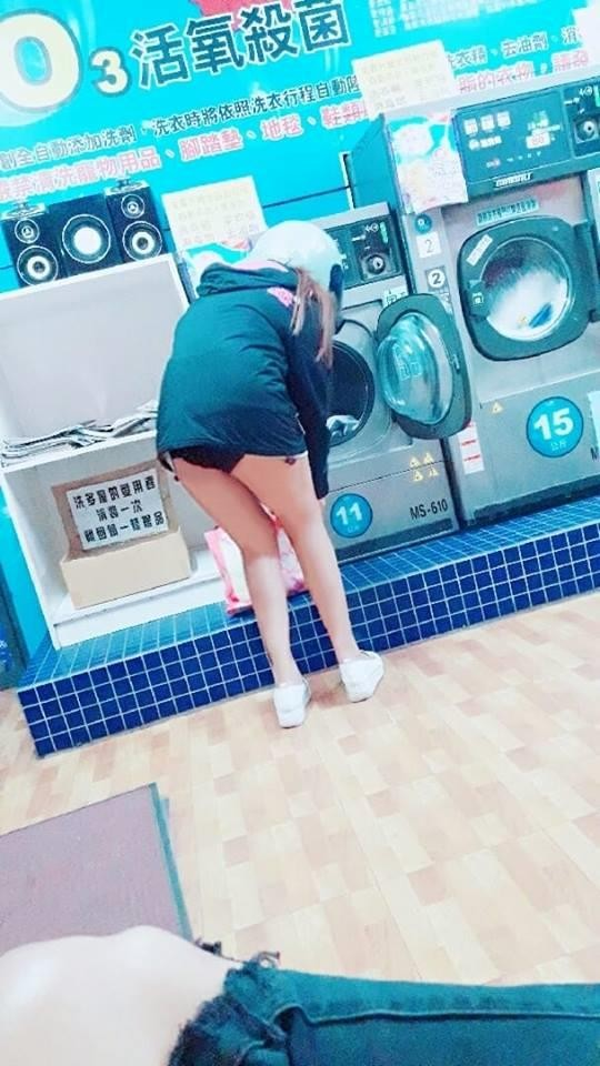 原PO在自助洗衣店眼見女子脫掉短褲丟進洗衣機,下半身只穿著內褲坐在他身旁,讓他好尷尬。(圖擷取自臉書社團「爆廢公社」)
