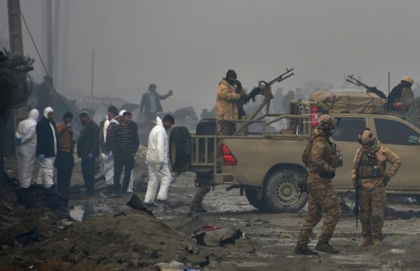 塔利班為了報復美軍針對赫爾曼德省的空襲,也在同日晚間於阿富汗首都喀布爾發動攻擊,造成至少10人死亡。圖為29日阿富汗軍警與調查人員在現場善後。(法新社)