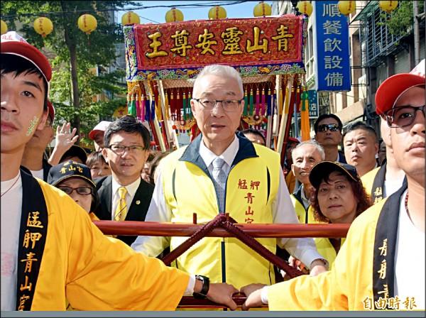 國民黨主席吳敦義昨參加台北市艋舺青山宮遶境活動前受訪表示,「一中各表就是你表你的,我表我的」。(記者黃耀徵攝)