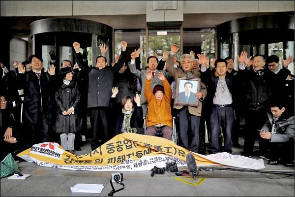 南韓最高法院29日判決,日本三菱重工必須賠償殖民時期遭到強徵的南韓工人損害。圖為首爾的南韓最高法院前,「女子勤勞挺身隊」成員金性珠坐在輪椅上,和其他受害者家屬歡呼。 (路透)