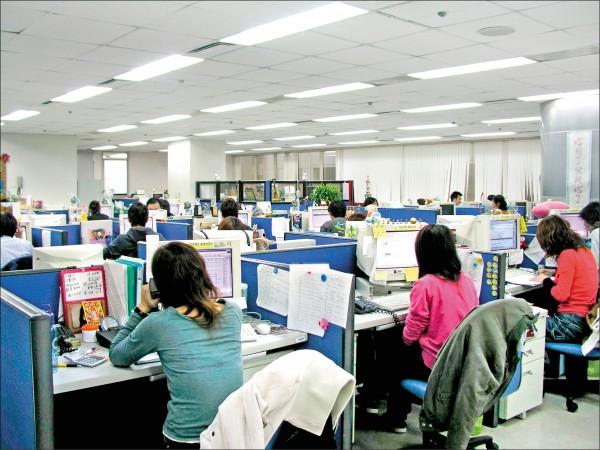 主計總處昨公布調查報告,今年五月全體受僱者平均月薪3萬8500元,較去年增加2.11%,為近20年最大增幅。(資料照)