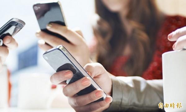 中國湖北黃梅縣有位25歲吳姓男子,本月中約一名用手機軟體認識的劉姓女網友見面,結果發現女子「照騙」,氣到持刀挾持她,要求交付6萬人民幣。示意圖。(資料照)