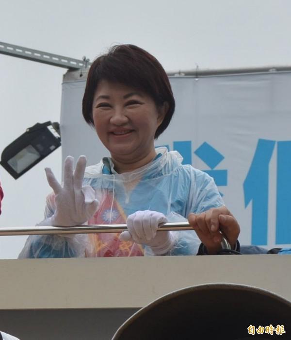 國民黨籍台中市長候選人盧秀燕在當選台中市長後忙於謝票。(資料照)