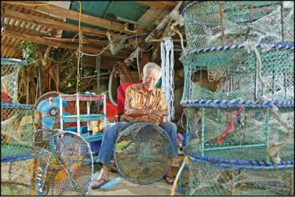 許八郎,今年86歲,自小在新北石門成長,年少時曾出海捕魚,也曾在陸上從事許多種工作,20多年前開始修補蟹籠,至今每天仍會勤奮地修補無數個受損的蟹籠。(記者沈昱嘉/攝影)