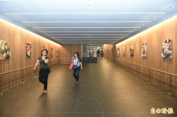 串聯超市與美食區的藝術通道是EATALEE亮點之一。(記者張忠義攝)
