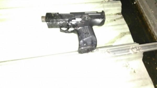 警方起獲作案用槍械。(記者劉慶侯翻攝)