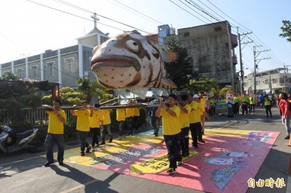 大型石斑魚造型裝扮踩街吸引眾人目光。(記者黃佳琳攝)