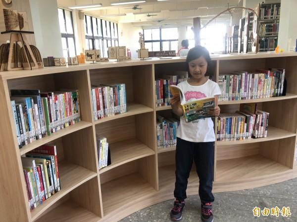 社區共讀站有適合小朋友閱讀的繪本。(記者羅欣貞攝)