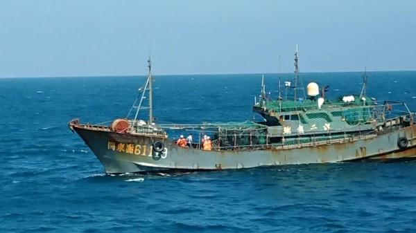 中國「閩東漁61119號」辯稱沒越界,澎湖海巡隊出示蒐證影帶打臉。(澎湖海巡隊提供)