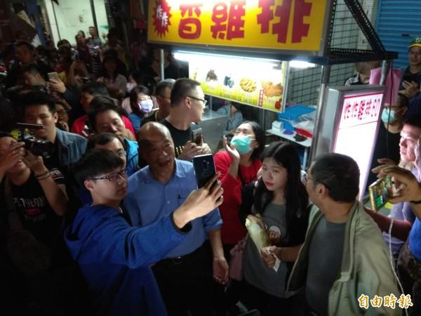 韓國瑜發雞排,與民眾合影。(記者洪定宏攝)