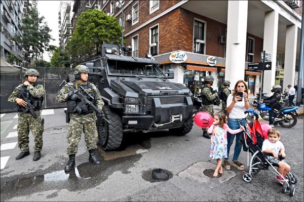 圖為阿根廷國家憲兵全副武裝,站在阿國首都布宜諾斯艾利斯街頭維安,確保十一月三十日至十二月一日的年度二十國集團(G20)峰會能順利進行。(歐新社)
