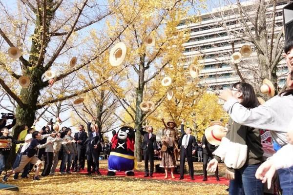 熊本縣廳在11月30日舉行「魯夫銅像」揭幕儀式,吸引眾多民眾前來參與。(圖擷取自推特)