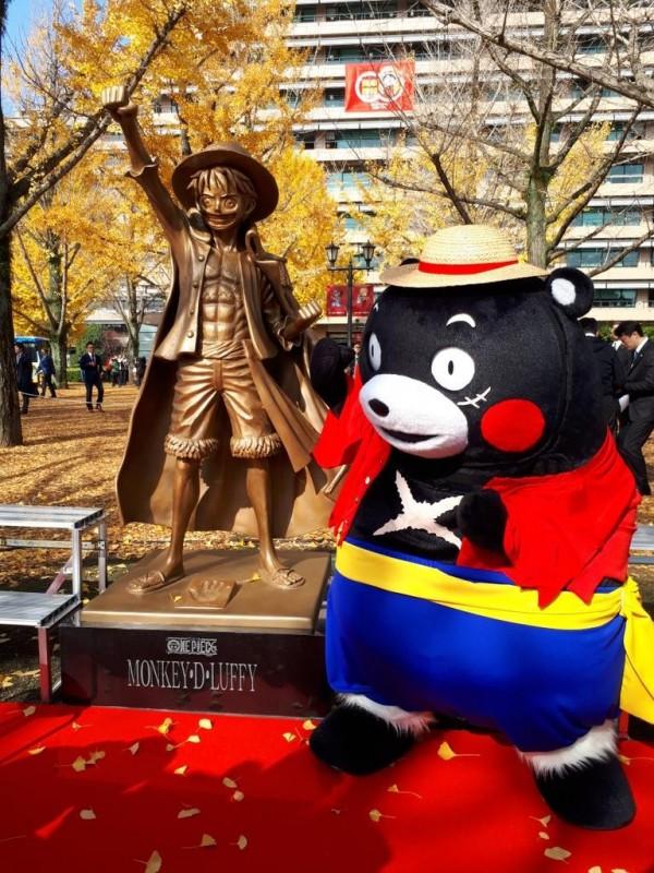 栩栩如生的魯夫銅像造價約1300萬日幣(約新台幣353萬元),揭幕當天,熊本知名的吉祥物熊本熊也打扮成魯夫的模樣參與。(圖擷取自推特)