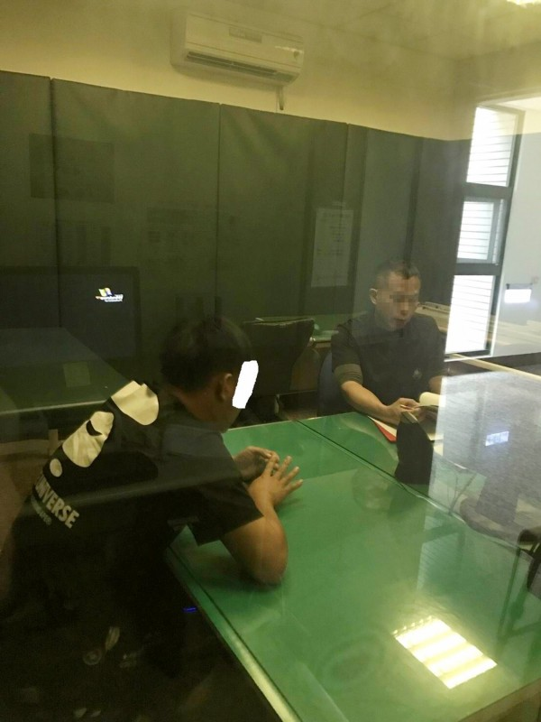 草屯警方(右)對到案說明的尤翊豪(左)做筆錄畫面。(翻攝資料照)