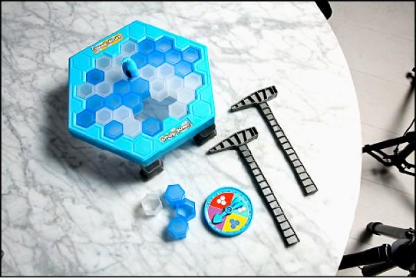 Playful Toys頑玩具企鵝敲冰塊/399元(PChome 24h購物)(記者沈昱嘉/攝影)