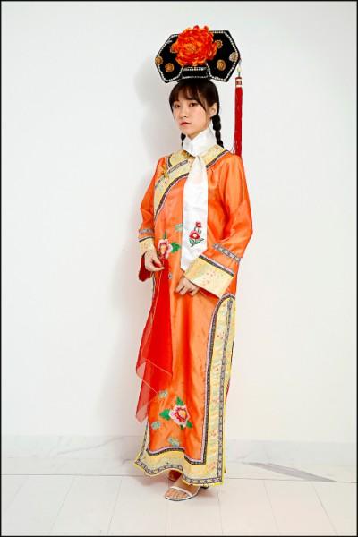 參加清宮劇風格的派對,只要穿上旗服就能展現變裝誠意。(記者沈昱嘉/攝影)