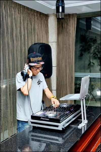 DJ以電影主題配樂混搭舞曲,更能帶動氣氛。(記者沈昱嘉/攝影)
