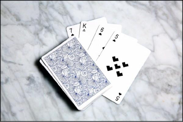 白色撲克牌與純白趴好搭。(記者沈昱嘉/攝影)