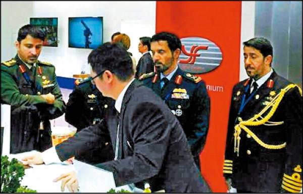 中科院日前赴日參加東京國際航空展,多國人士對台灣自製武器系統有高度興趣。圖為中科院人員為友邦人士介紹台灣武器系統性能。(取自中科院臉書)