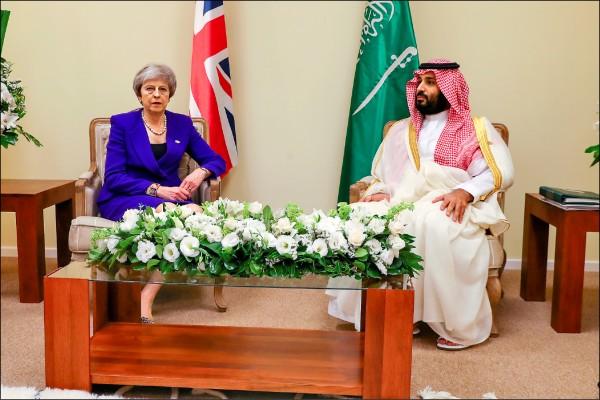 沙國王儲穆罕默德與英國首相梅伊在G20峰會上會面,兩人表情僵硬嚴肅。(路透)