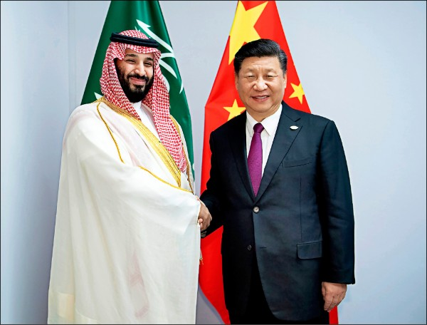 沙國王儲穆罕默德也與習近平微笑握手。(美聯社)