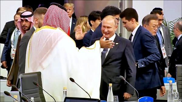 沙國王儲穆罕默德與英國首相梅伊在G20峰會上會面,兩人表情僵硬嚴肅,卻與俄國總統普廷擊掌迎接彼此。(法新社)