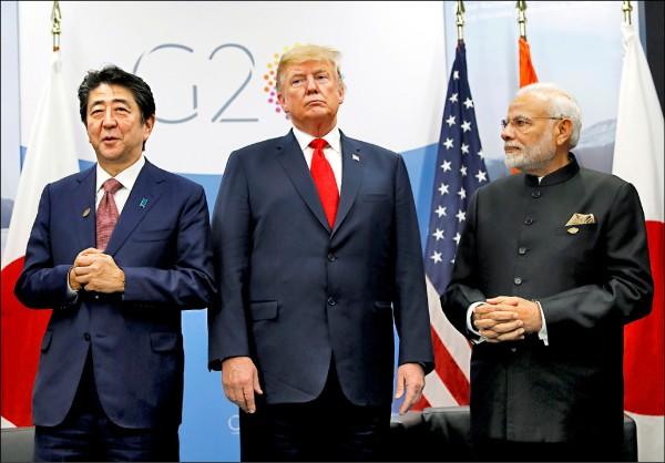 美國總統川普、日本首相安倍晉三(左)、印度總理莫迪(右)十一月三十日在布宜諾斯艾利斯首度舉行美、日、印三方峰會,宣示三國將持續強化在印太地區的合作。(路透)