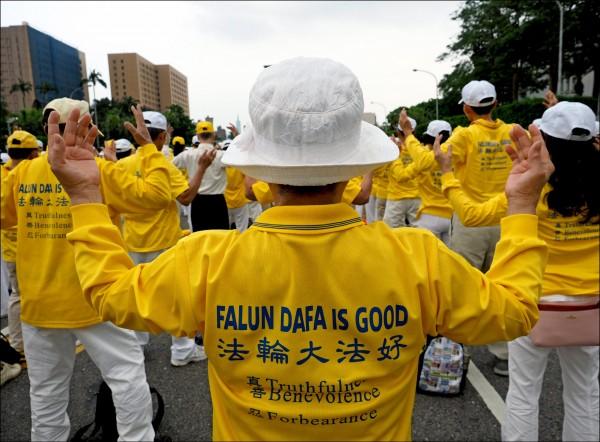 由美國法輪功學員創辦的「希望之聲」,在美國擁有近二十個調頻地方電台,十五年來也一直以短波波段向中國發送中文節目訊號,在許多志願人士協助下,部分發射台就設於泰國等東南亞國家。圖為法輪功學員在台北練功的狀況。(歐新社檔案照)