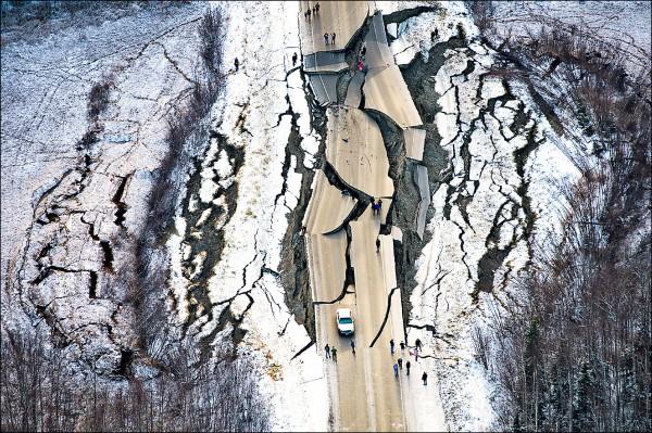 鳥瞰圖顯示,阿拉斯加南部瓦西拉地區的一條道路,被強震震得支離破碎。(美聯社)