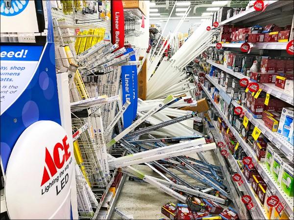 大賣場貨架上的商品,遭強震震落一地。(美聯社)