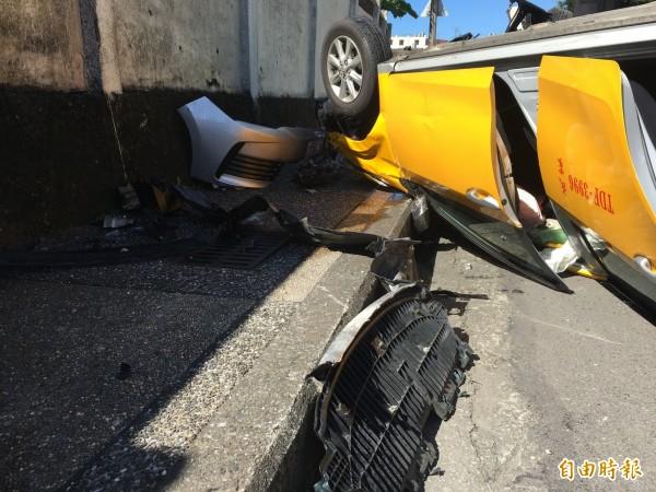計程車撞上人行道翻覆(記者吳昇儒攝)