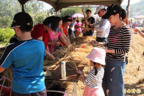 夯「憨吉」之外,來客也試著用稻草稈做草編。(記者黃美珠攝)