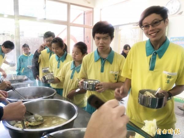 獅潭鄉為目前全縣唯一提供免費營養午餐的鄉鎮,獅潭國中學子開心品嚐。(記者彭健禮攝)