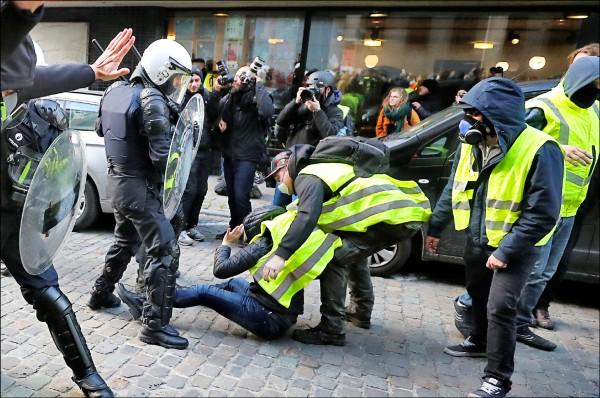 比利時黃背心抗議者十一月三十日在布魯塞爾和警方對峙。(路透)